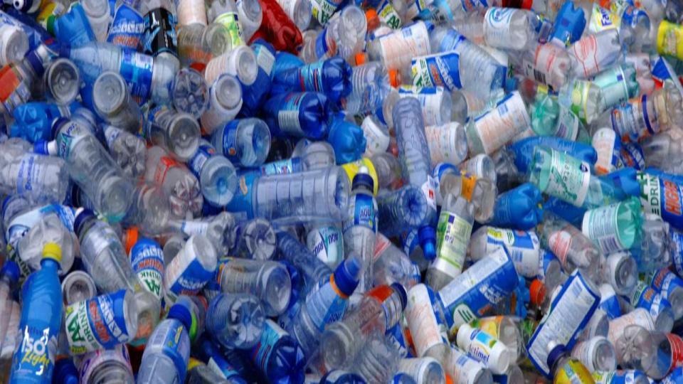 Fabriek voor oneindige recycling petflessen