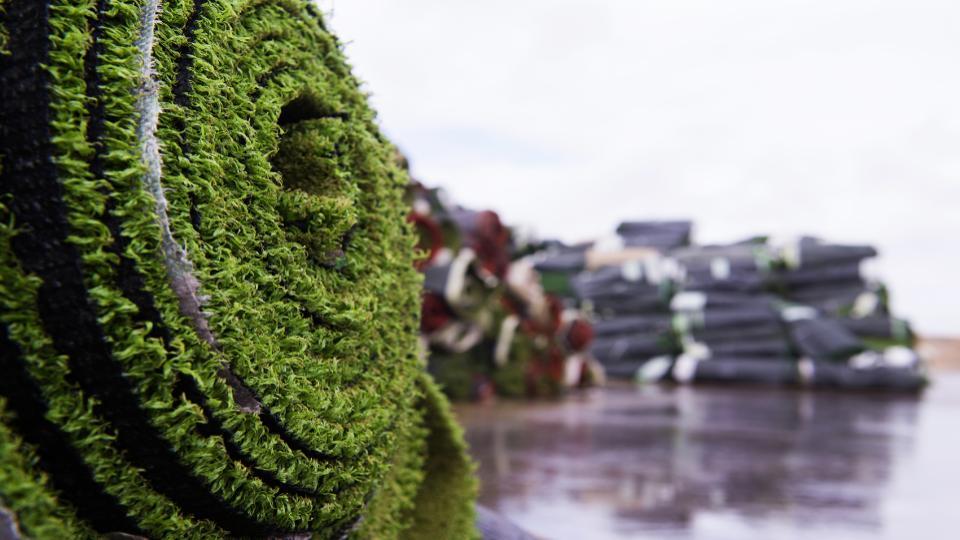 Kunstgrasvelden recyclen tot hoogwaardige nieuwe producten. GBN AGR laat afvalberg verdwijnen.