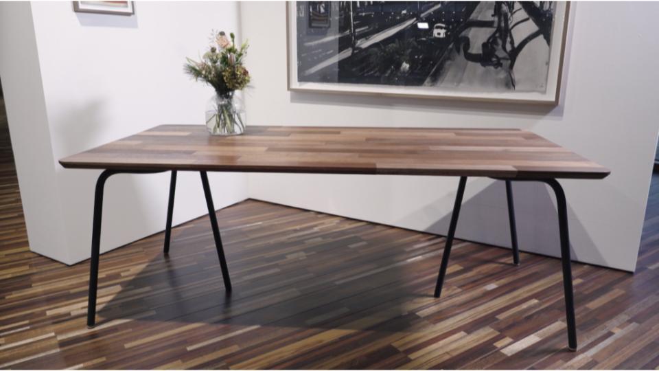 Oude houten deuren worden nieuwe tafels