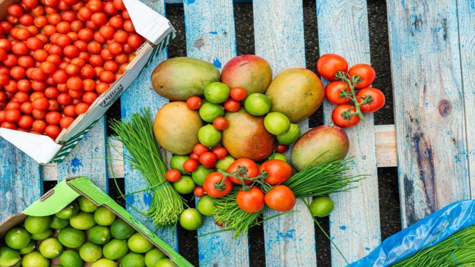 De Groente & Fruitbrigade redt groente en fruit en levert dit aan voedselbanken.